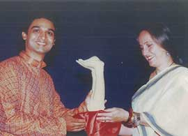 Harsh Narayan receiving an award from Sanjana Kapoo